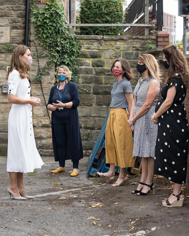 Η Κέιτ Μίντλετον με λευκό φόρεμα και μάσκα