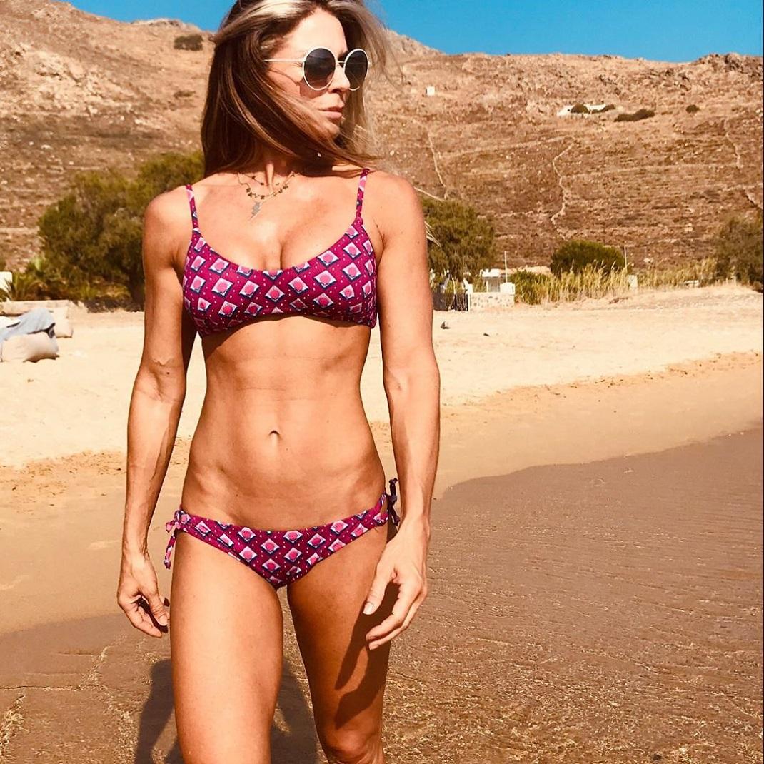 Η Κατερίνα Λάσπα με μαγιό στην παραλία