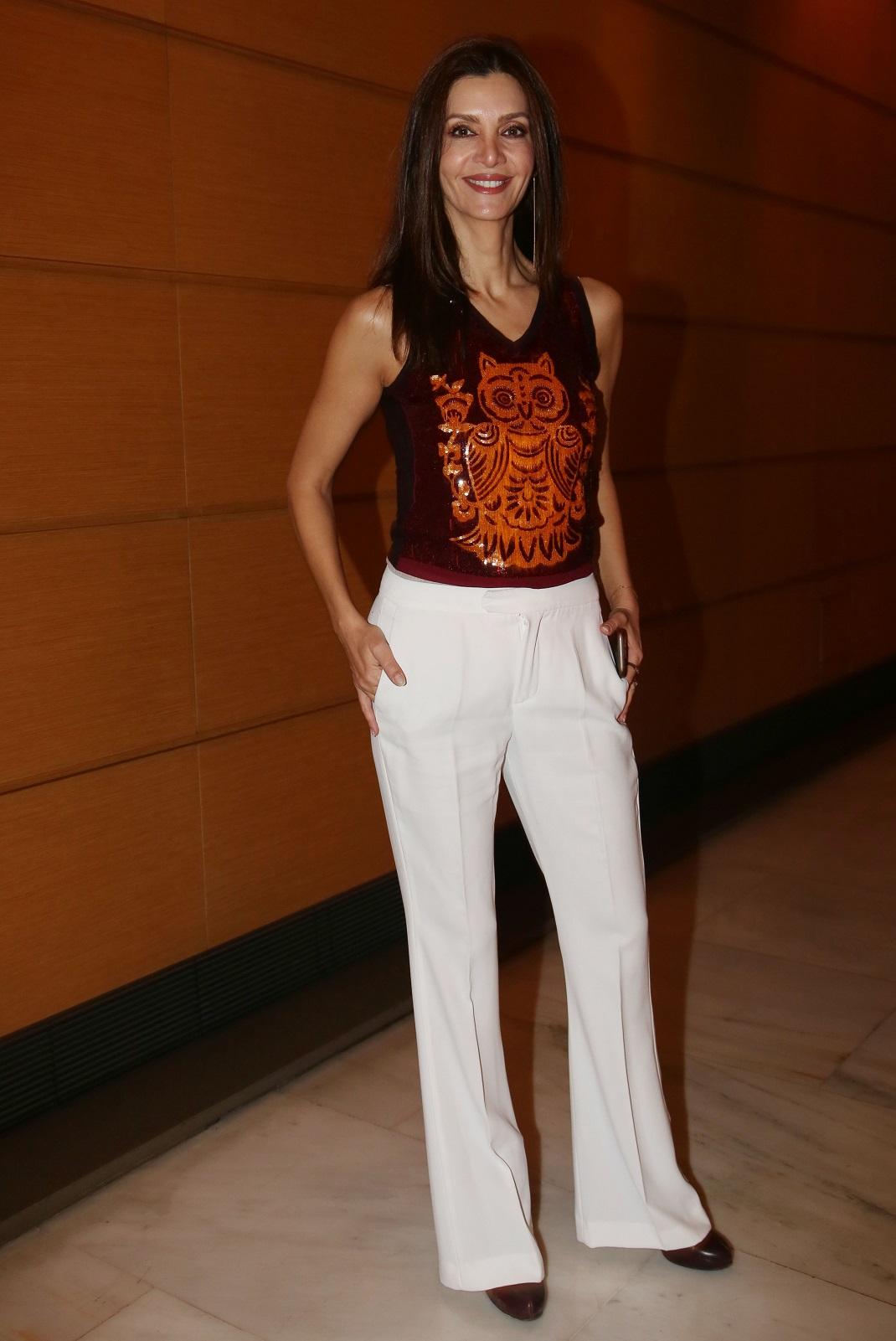 Η Κατερίνα Λέχου με λευκό παντελόνι