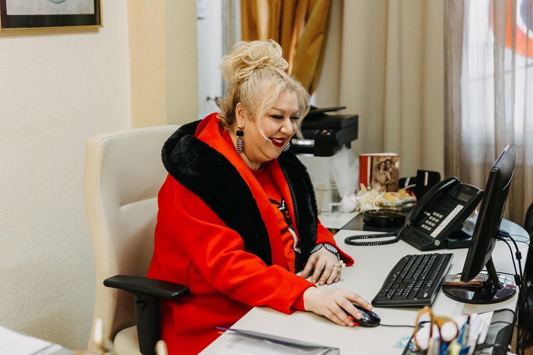Η Κατερίνα Λούης με κόκκινο παλτό