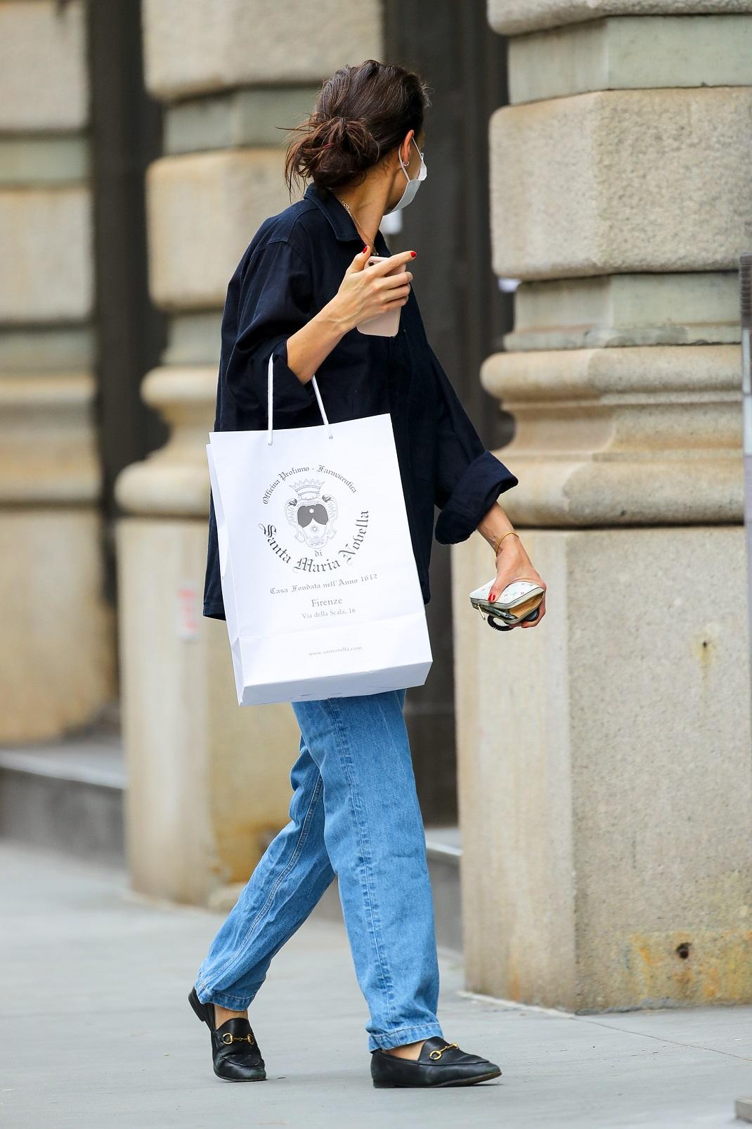 Κέιτι Χολμς με loafers και τζιν