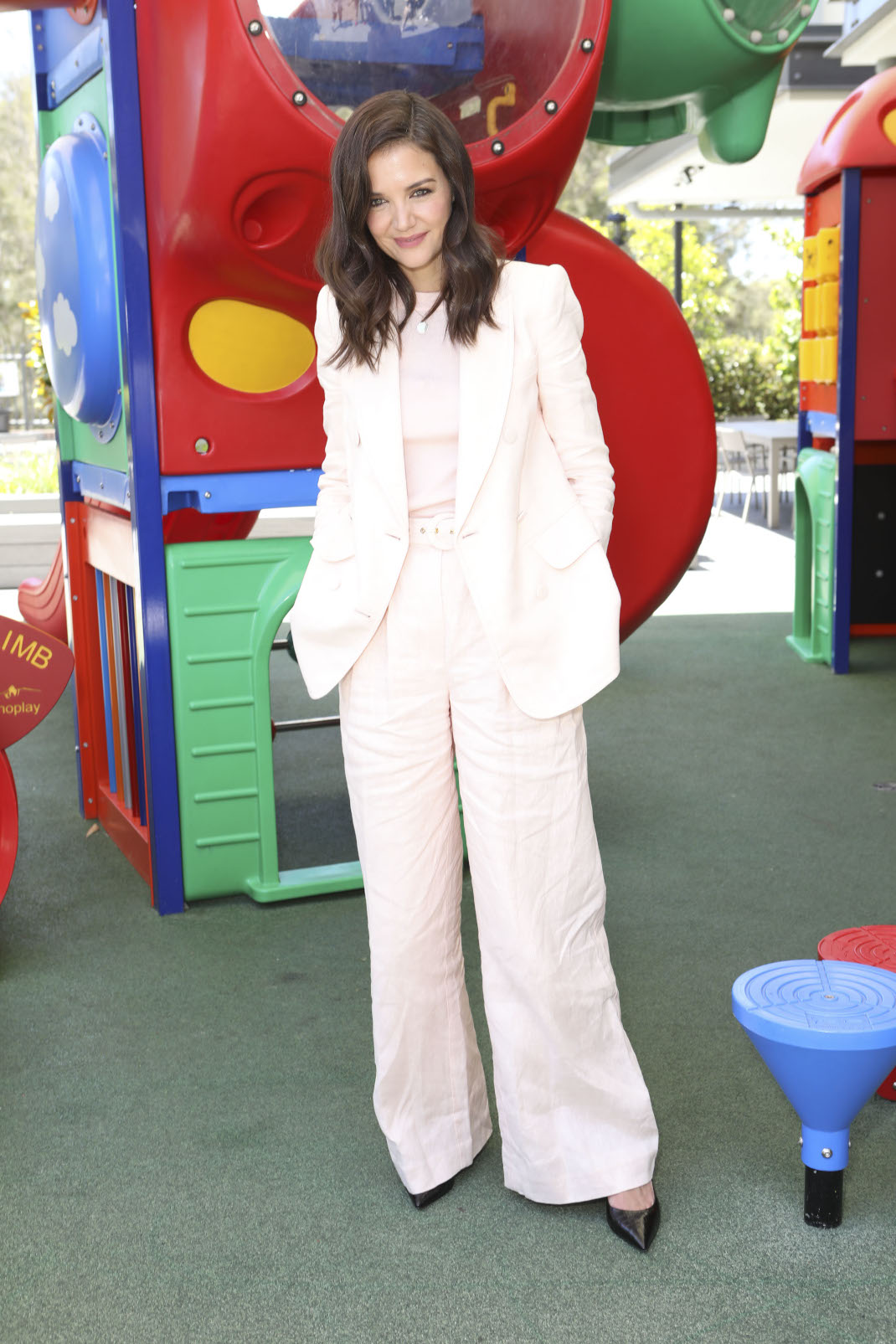Η Κέιτι Χολμς με κοστούμι