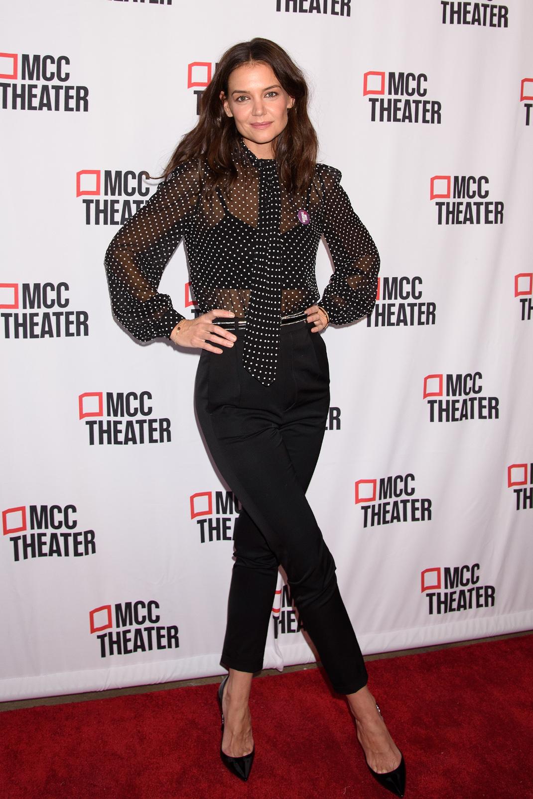 Η Κέιτι Χολμς με μαύρο ντύσιμο