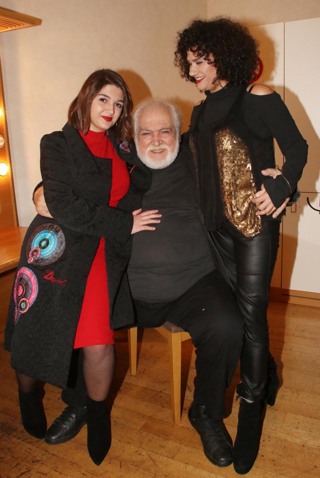 Κώστας Καζάκος με σύζυγο και κόρη
