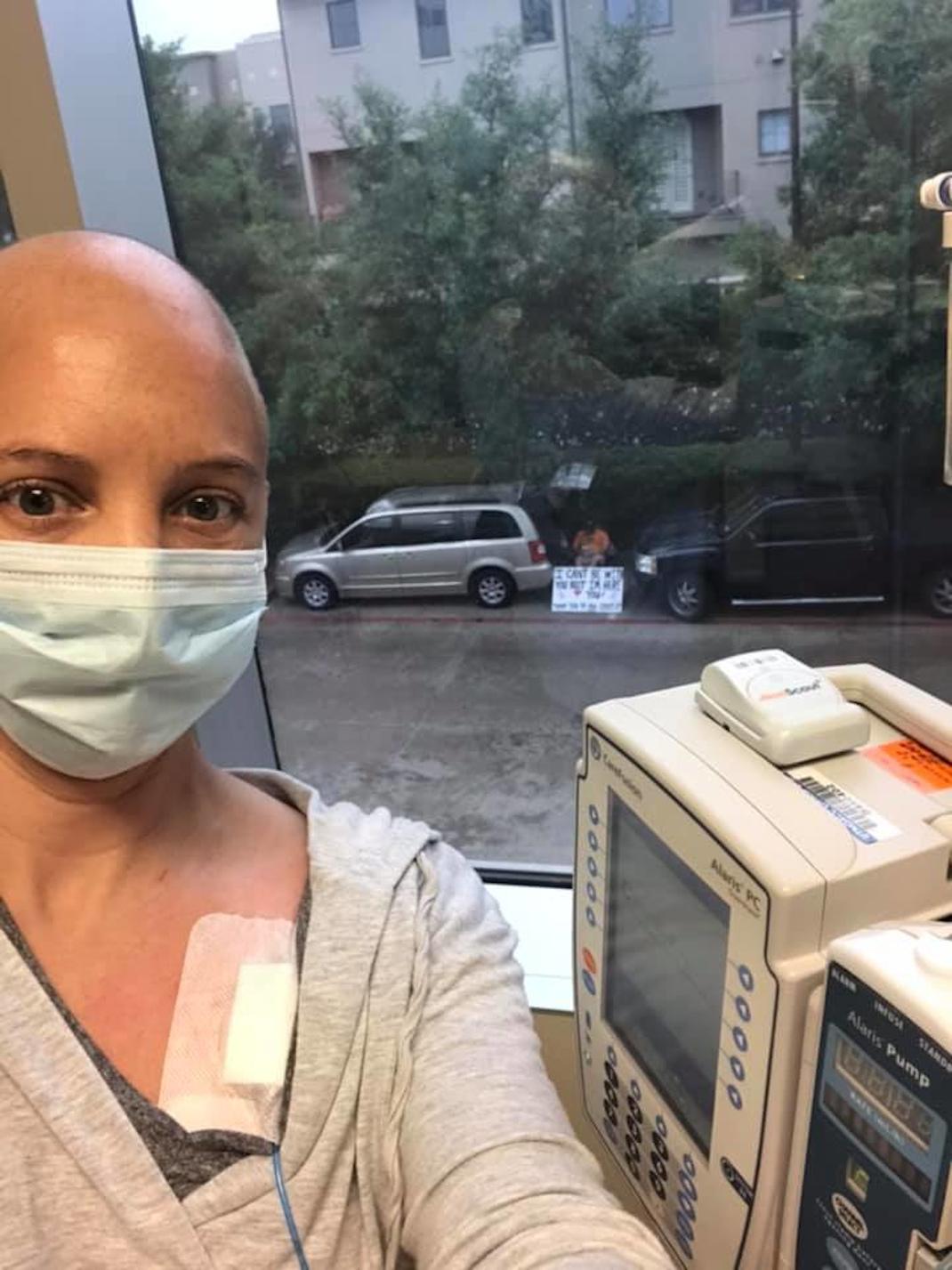Σύζυγος περιμένει την γυναίκα του όσο εκείνη κάνει χημειοθεραπεία