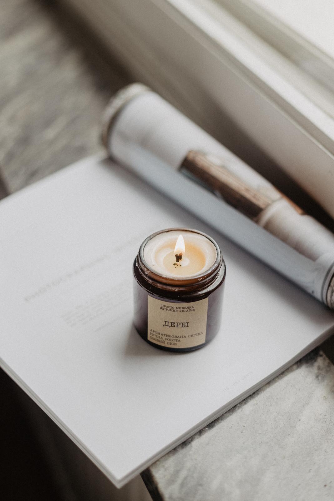 Διακοσμητικό κερί πάνω σε βιβλίο