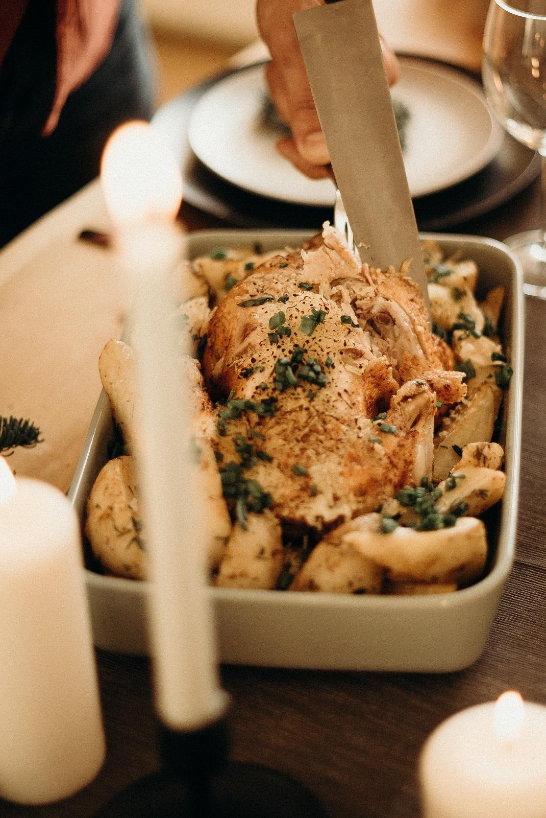 Κοτόπουλο στο φούρνο σε ταψί στο τραπέζι