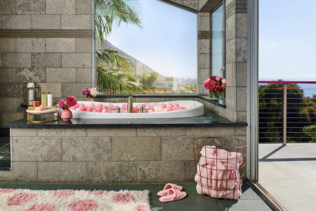 Το μπάνιο στο σπίτι της Barbie στο Μαλιμπού