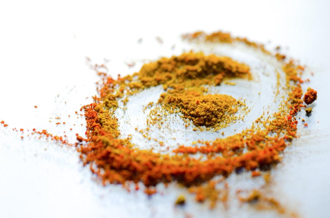 Κουρκουμάς superfood σε σκόνη πάνω σε τραπέζι