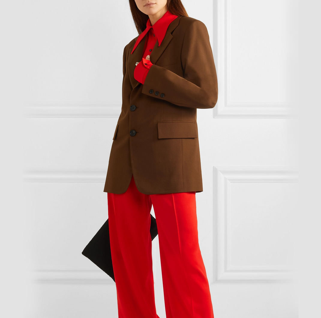 μοντέλο με πουκάμισο και κοστούμι