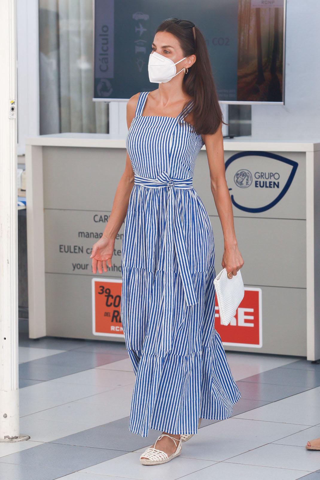 H βασίλισσα Λετίθια με σούπερ σικ navy φόρεμα