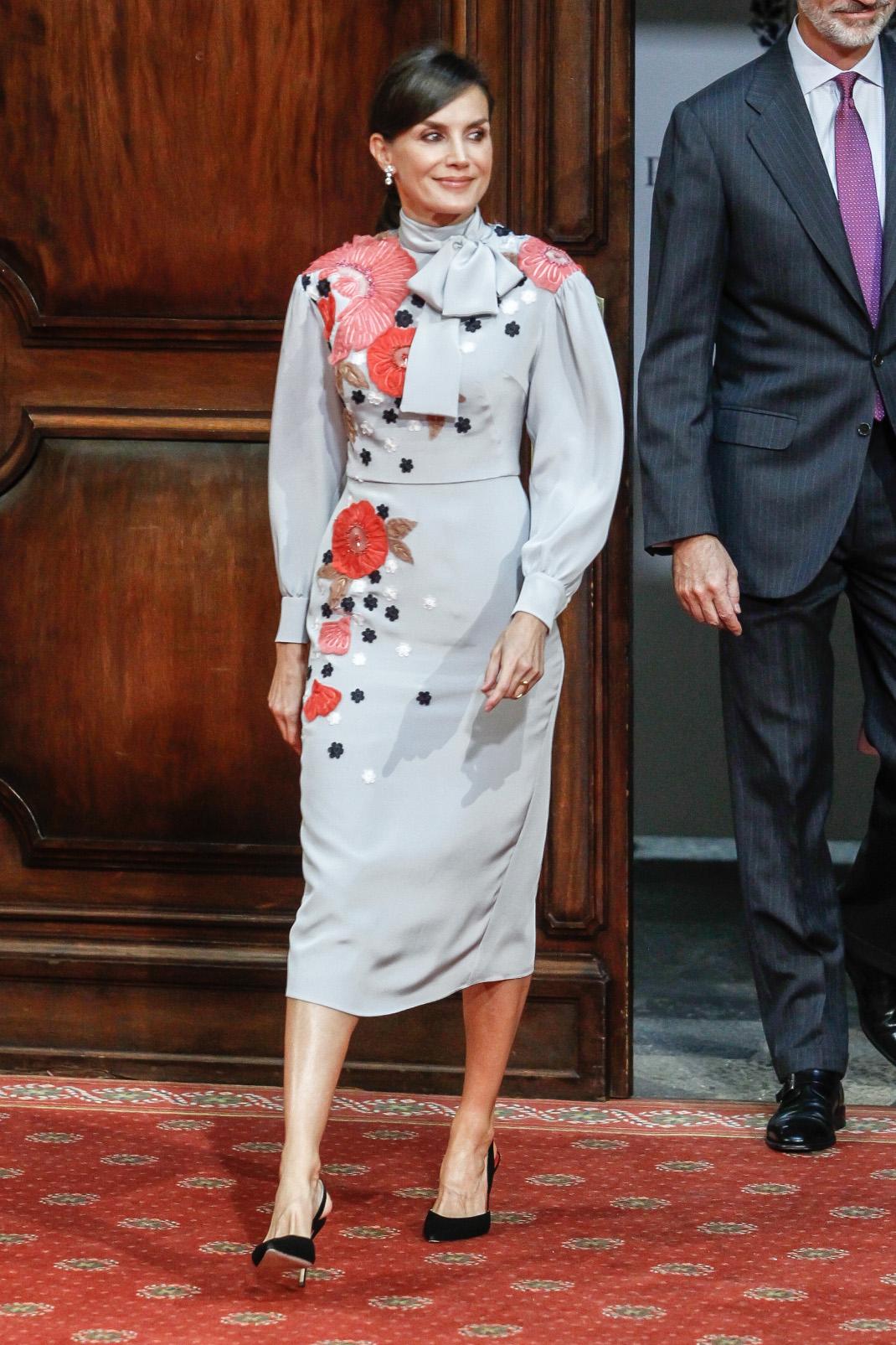 Η βασίλισσα Λετίθια με φόρεμα