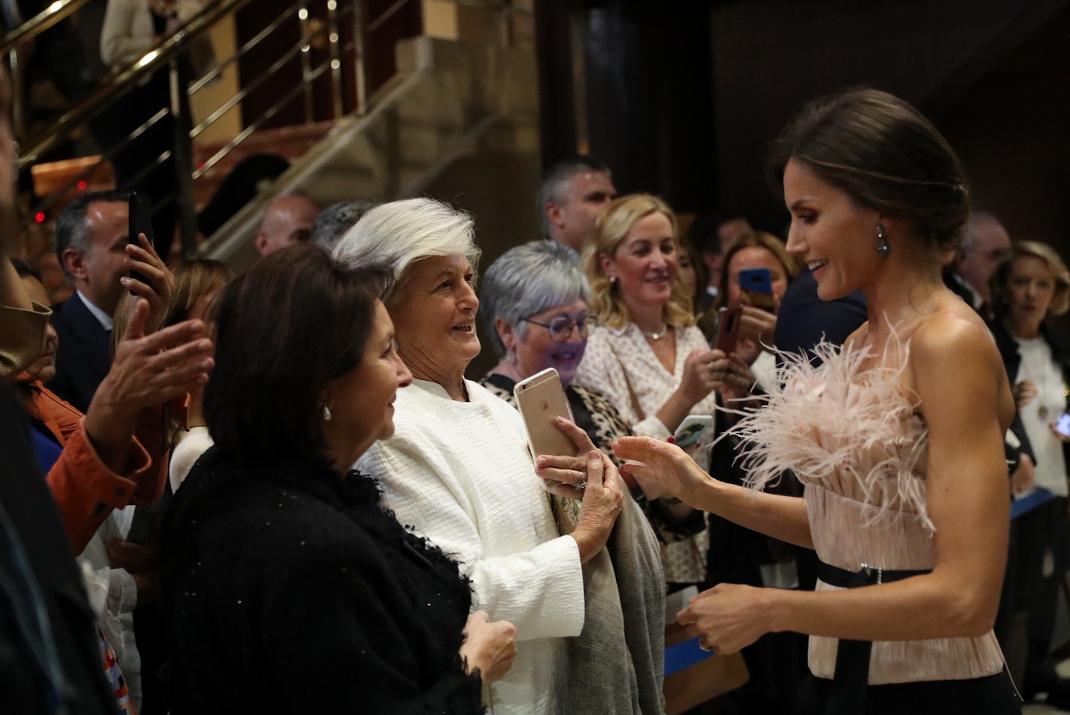 Η βασίλισσα Λετίθια μιλά με γυναίκες