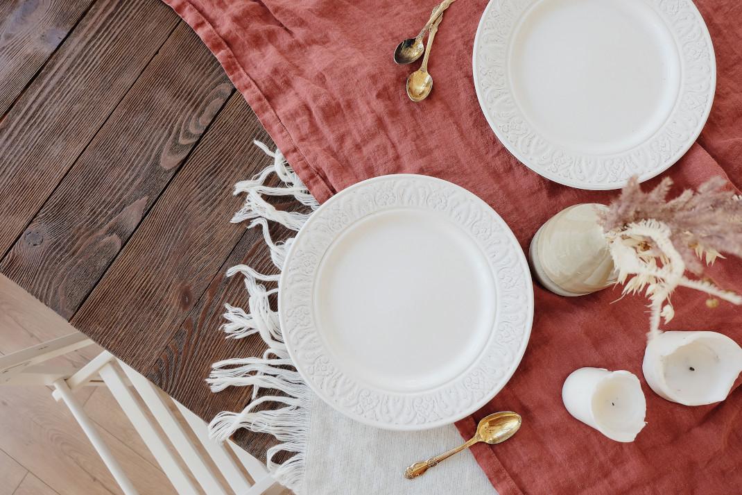 Λευκά πιάτα σε τραπέζι