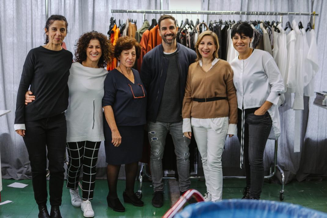 Η σχεδιάστρια Λιάνα Καμπά με την ομάδα της στο ατελιέ της