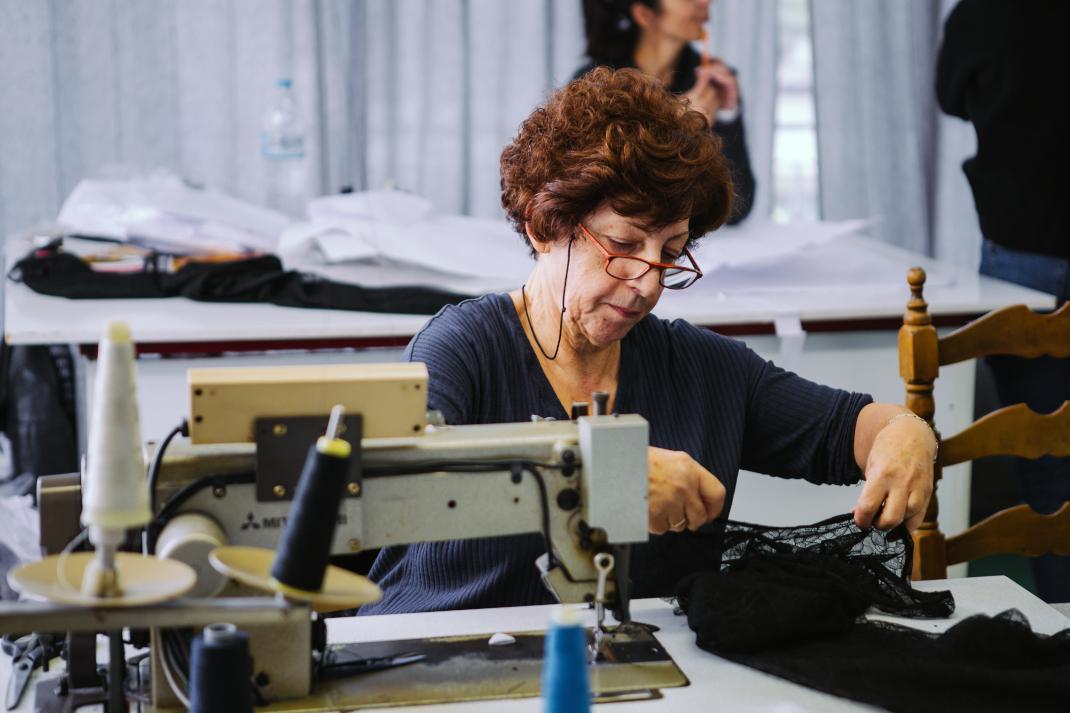 Μοδίστρα στο ατελιέ της σχεδιάστριας Λιάνας Καμπά