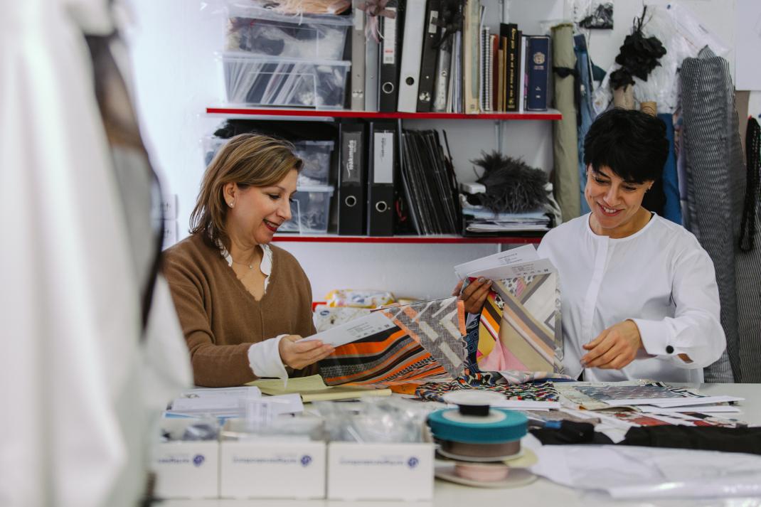 Η σχεδιάστρια Λιάνα Καμπά στο ατελιέ της