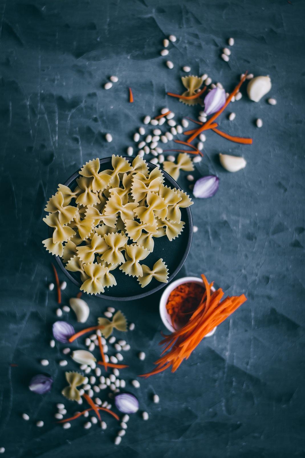 Ζυμαρικά φιογκάκια σε μαύρο πιάτο