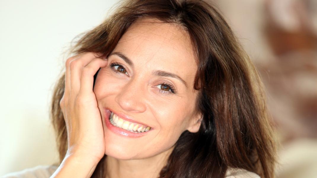 Χαμογελαστή γυναίκα άνω των 40/ Photo:Shutterstock