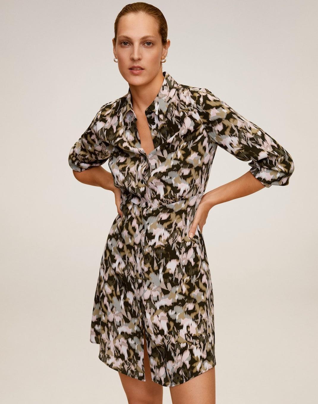 μοντέλο με φόρεμα Mango