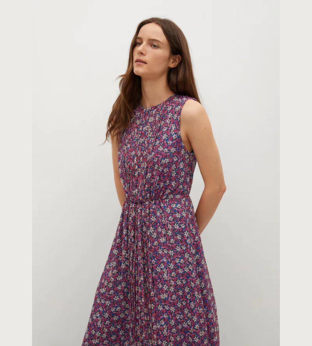 γυναίκα με φόρεμα