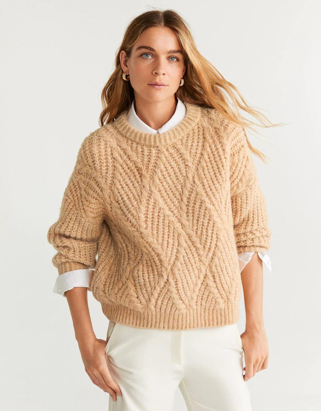 γυναίκα με πουλόβερ Mango