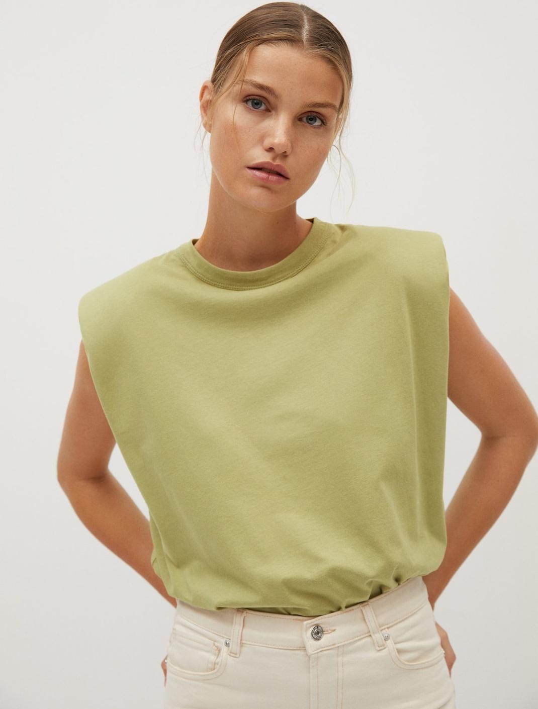 μοντέλο με ρούχα Mango