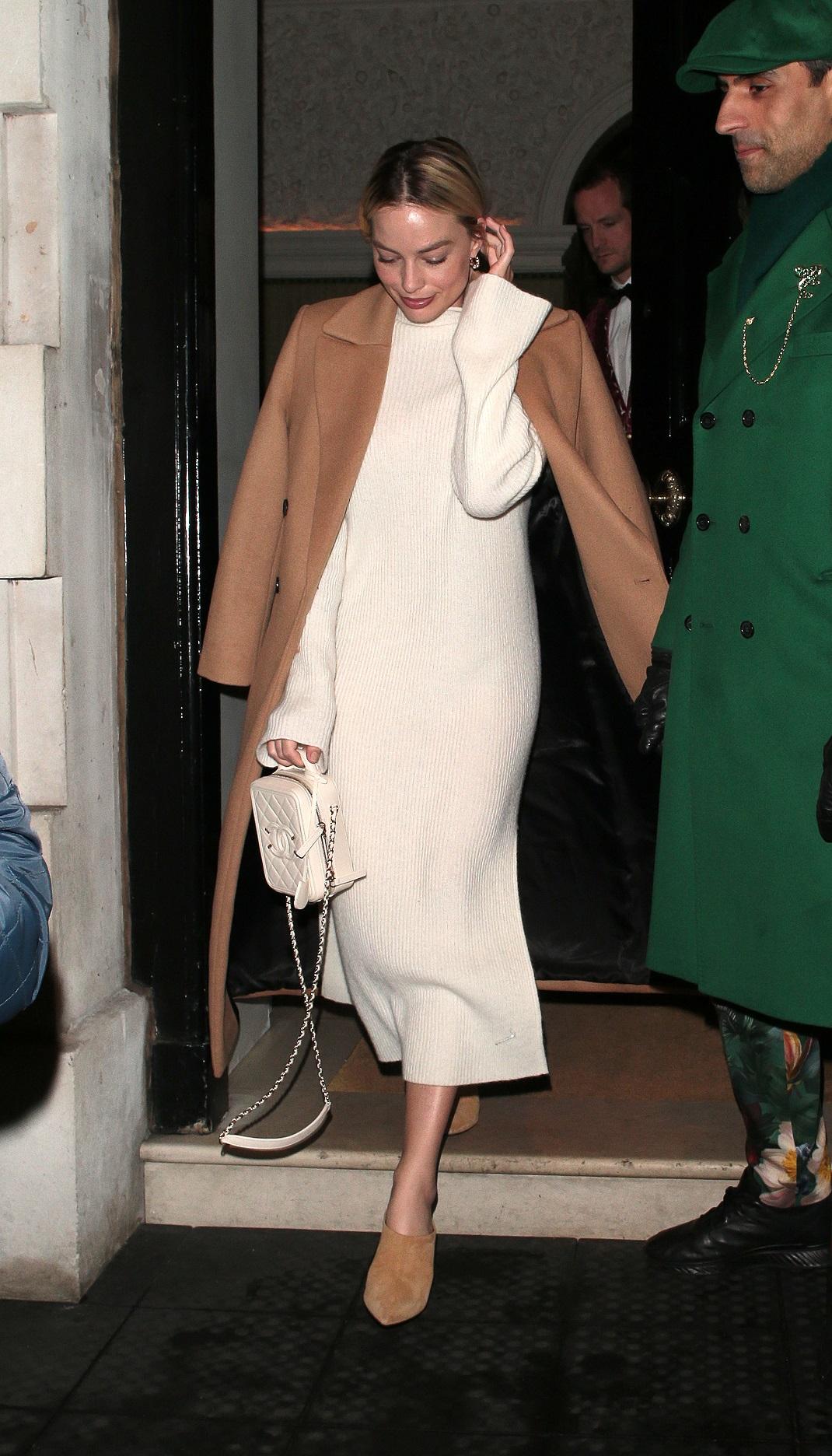 η Μάργκο Ρόμπι με μίντι πλεκτό λευκό φόρεμα