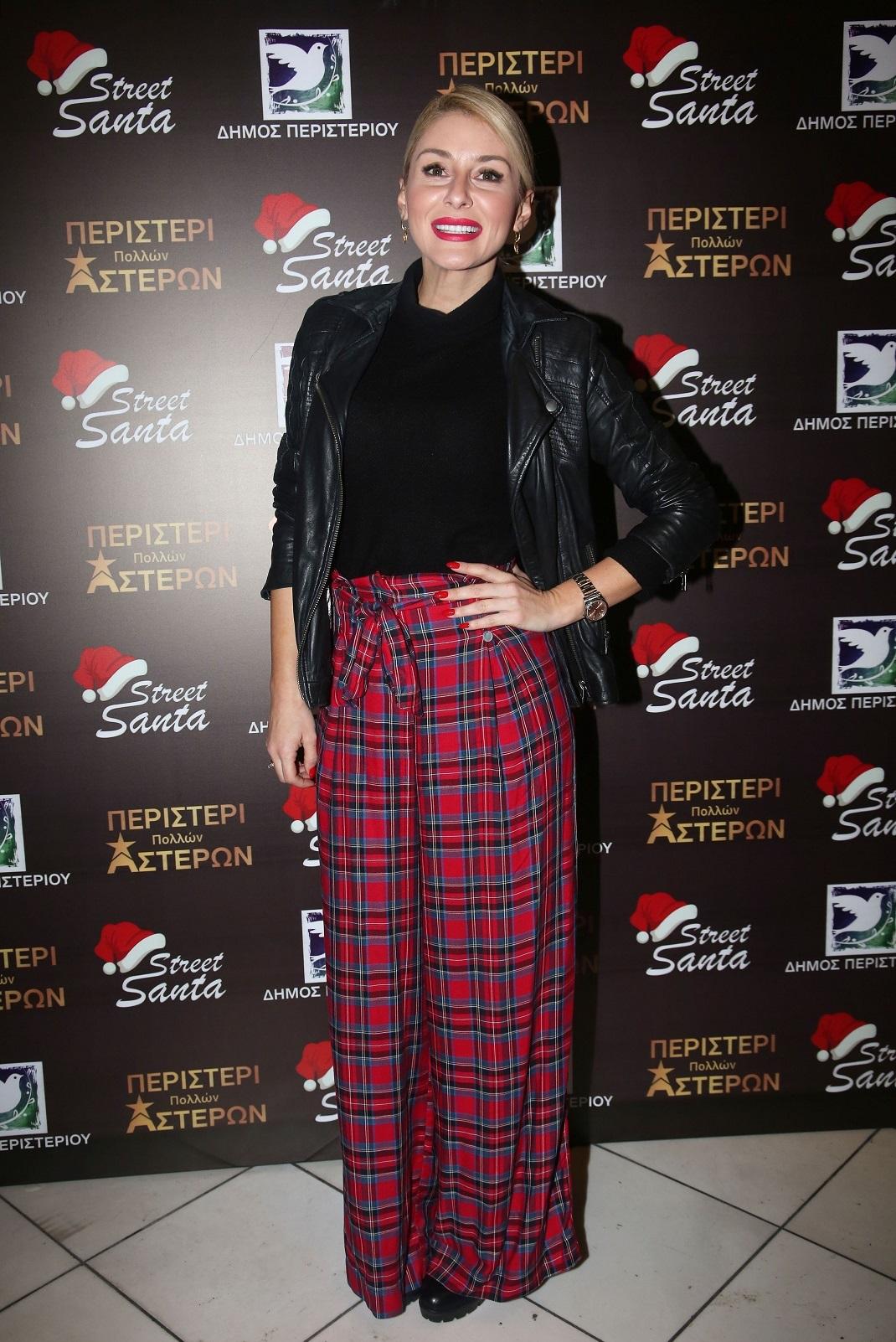 Η Μαρία Φραγκάκη με καρό παντελόνι, μαύρη μπλούζα και μαύρο τζάκετ