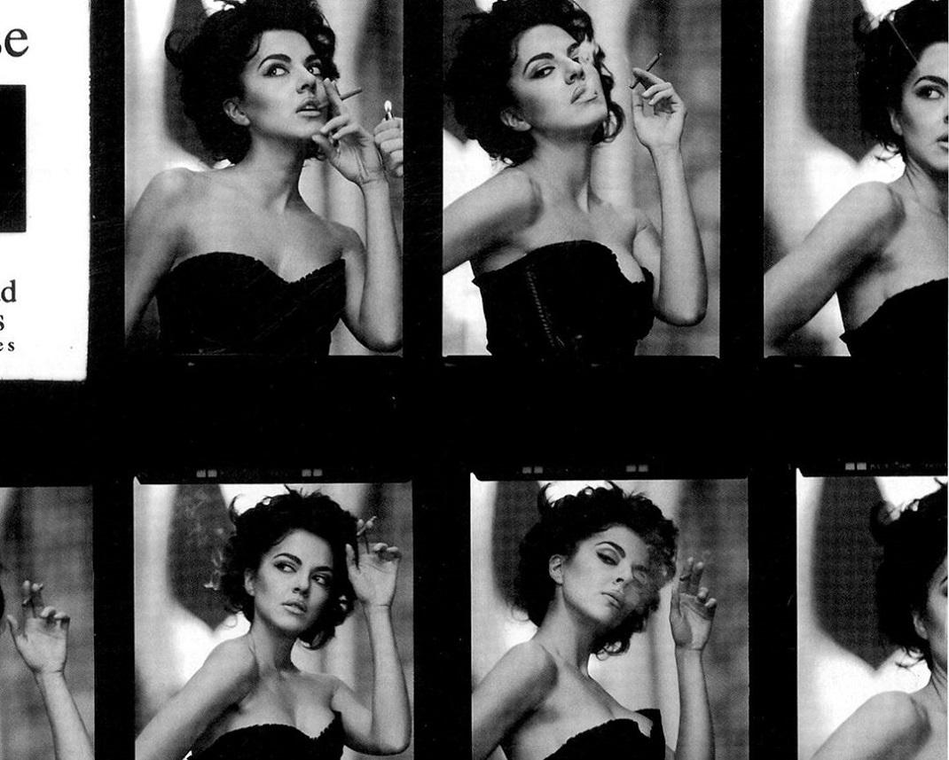 Η Μαρία Σολωμού με μαύρο φόρεμα καπνίζει