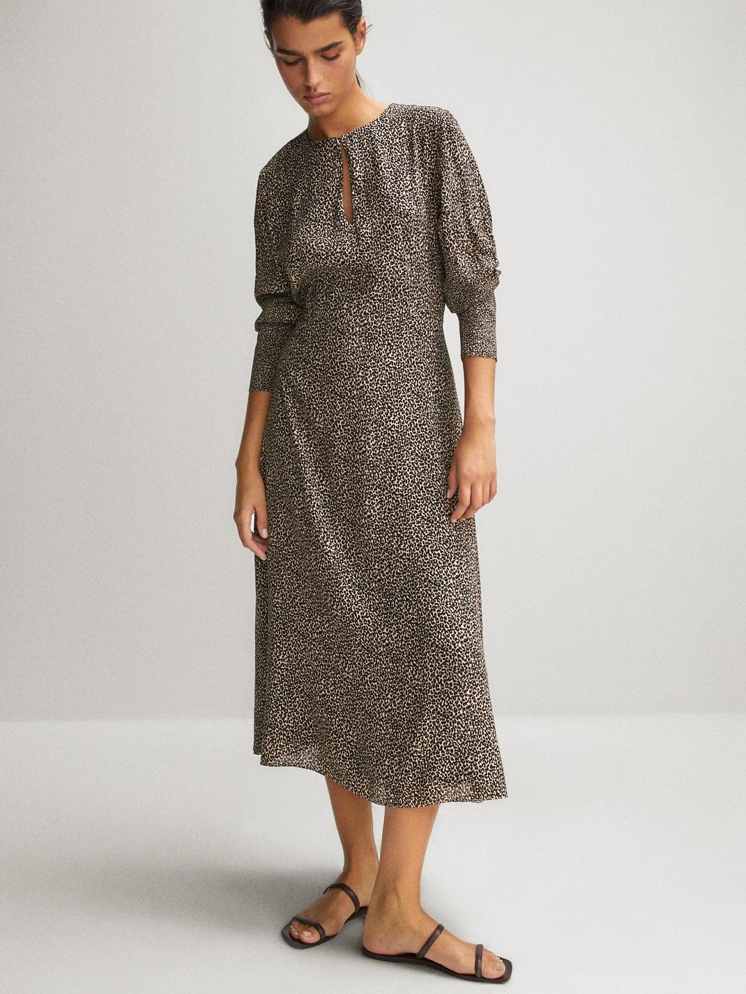 μοντέλο με φόρεμα Massimo Dutti