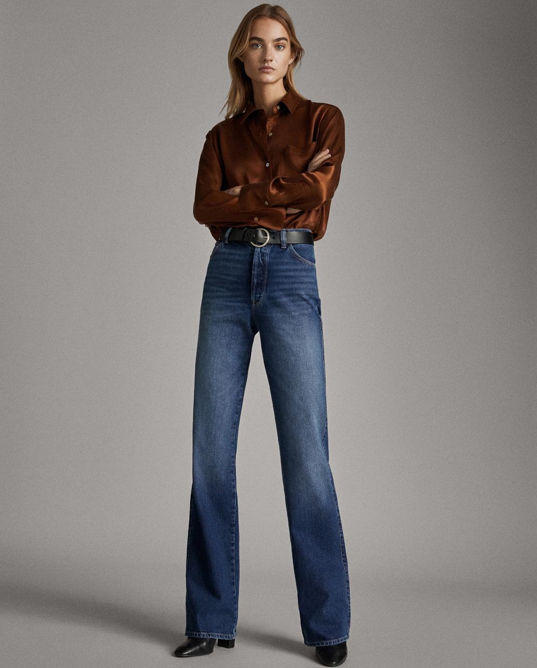 μοντέλο με τζιν παντελόνι Massimo Dutti