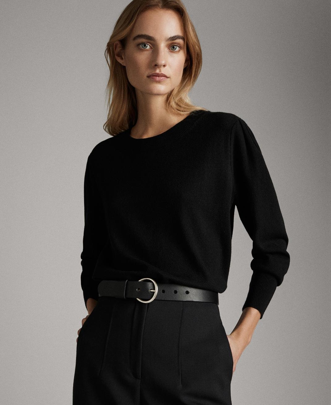 γυναίκα με μαύρη μπλούζα Massimo Dutti