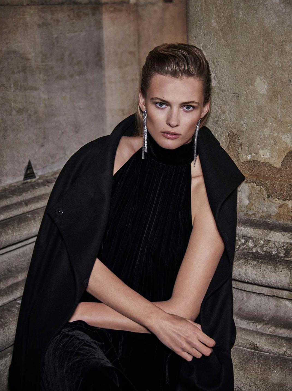 γυναίκα φορά τη νέα συλλογή από τα Massimo Dutti