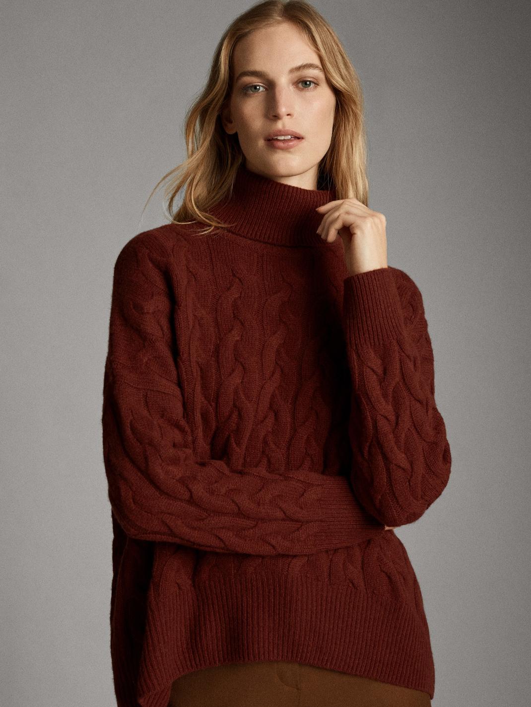 γυναίκα φορά πλεκτό πουλόβερ