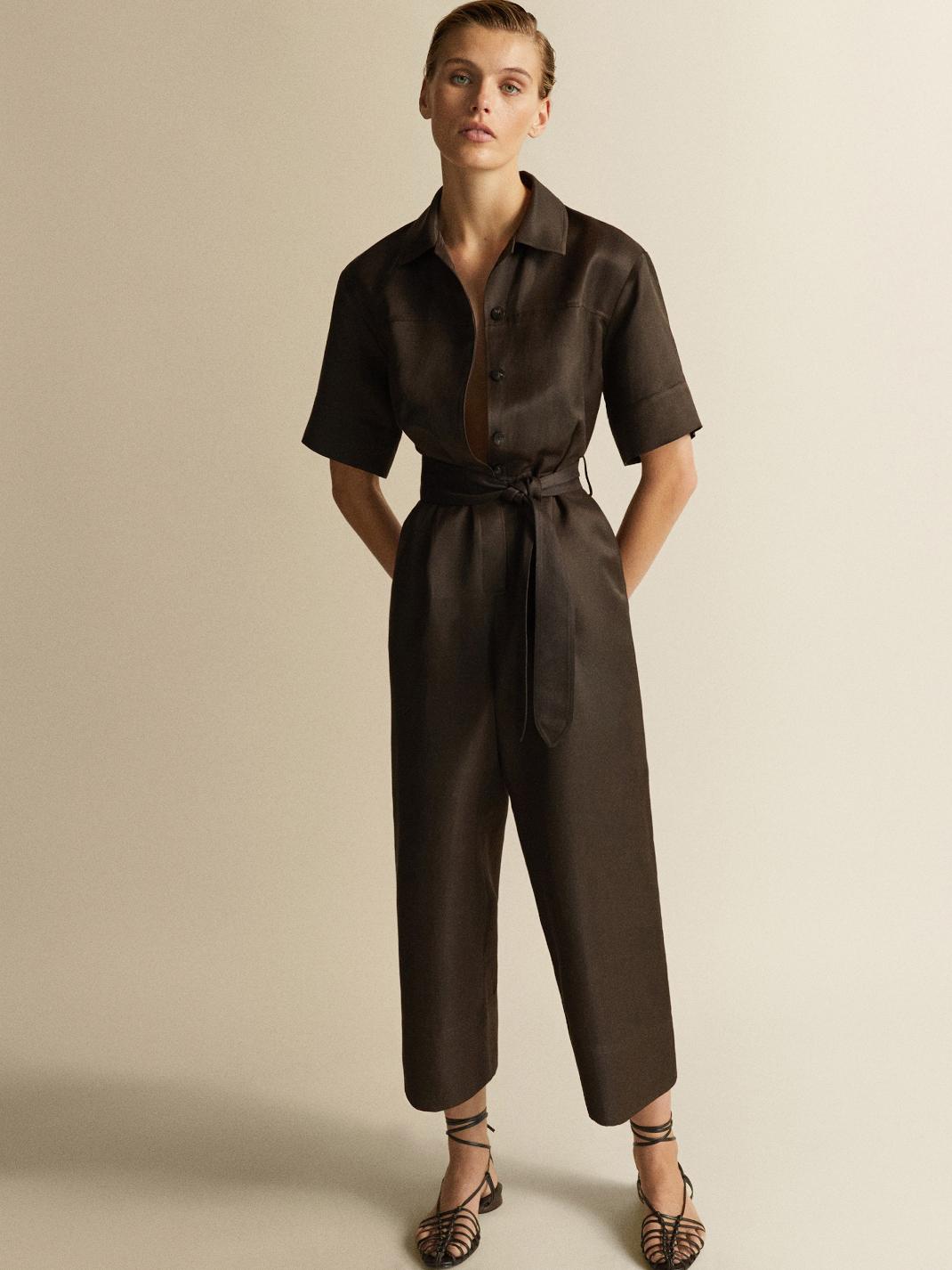 μοντέλο με φόρμα Massimo Dutti