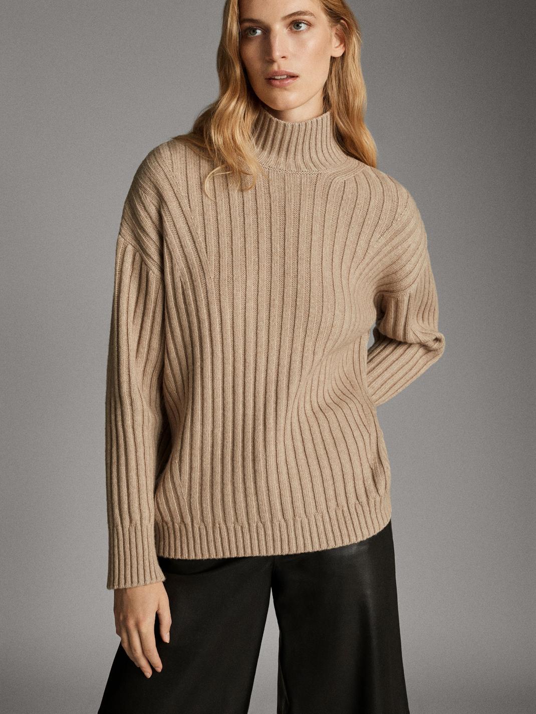 γυναίκα με πουλόβερ Massimo Dutti