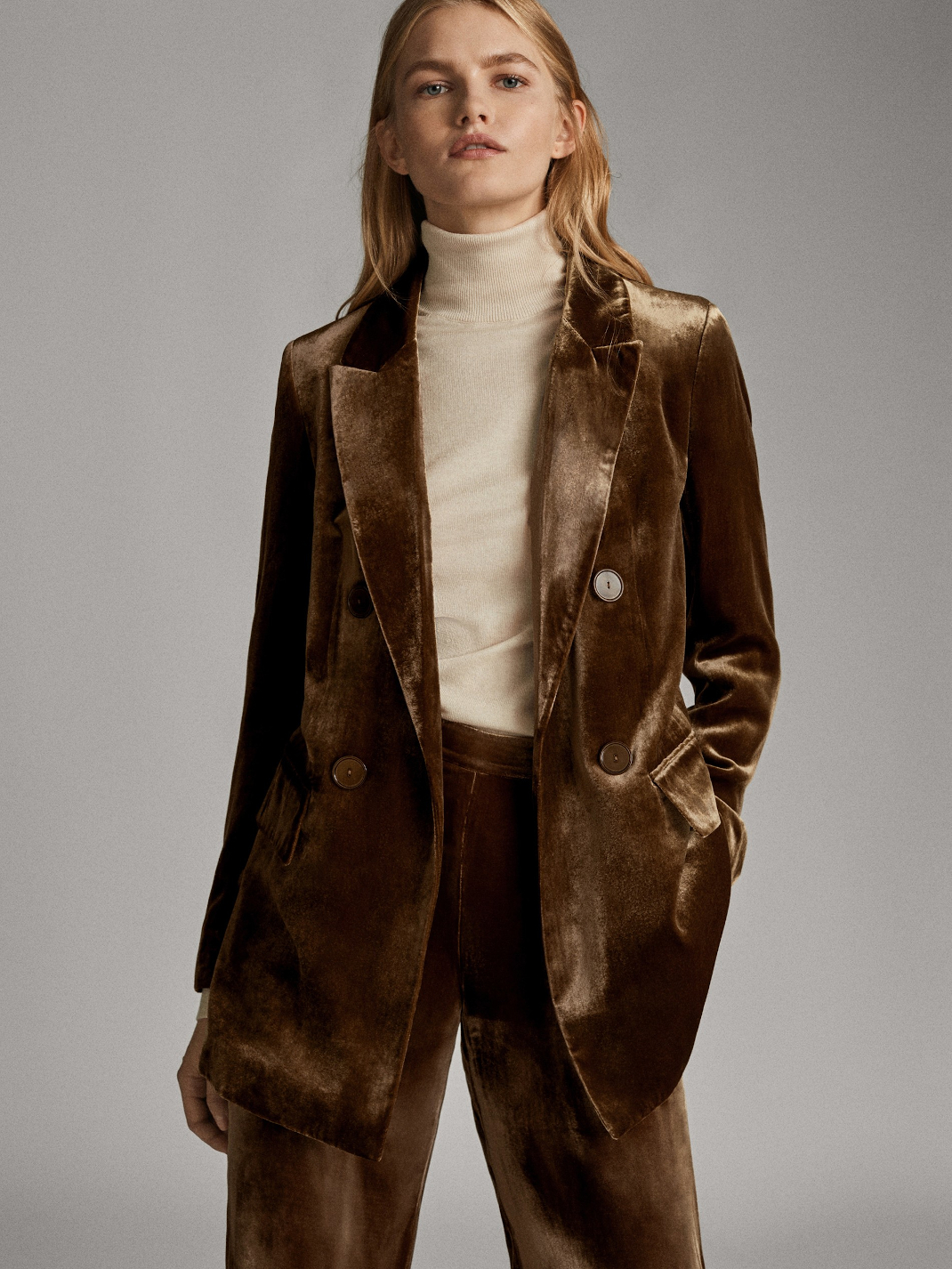 γυναίκα με βραδινό κοστούμι Massimo Dutti