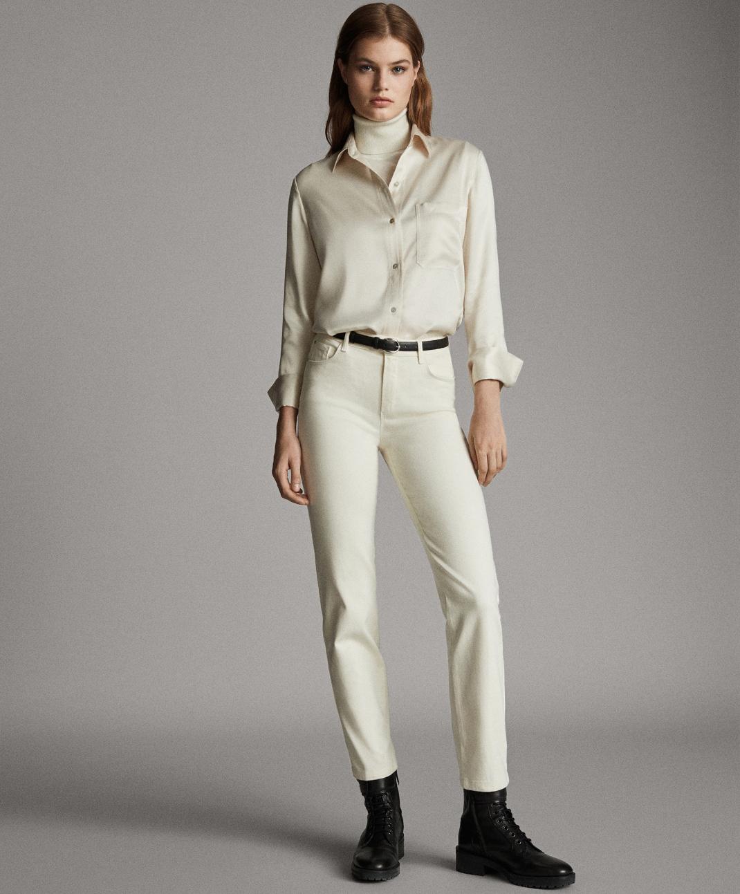 μοντέλο με παντελόνι Massimo Dutti