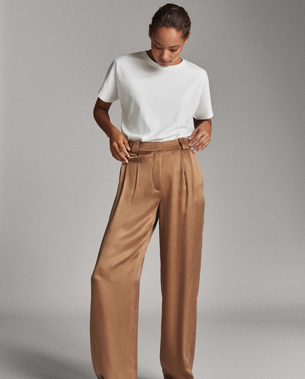 μοντέλο με παντελόνι και τοπ Masssimo Dutti