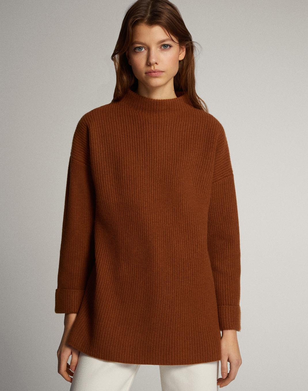 μοντέλο με πουλόβερ Massimo Dutti