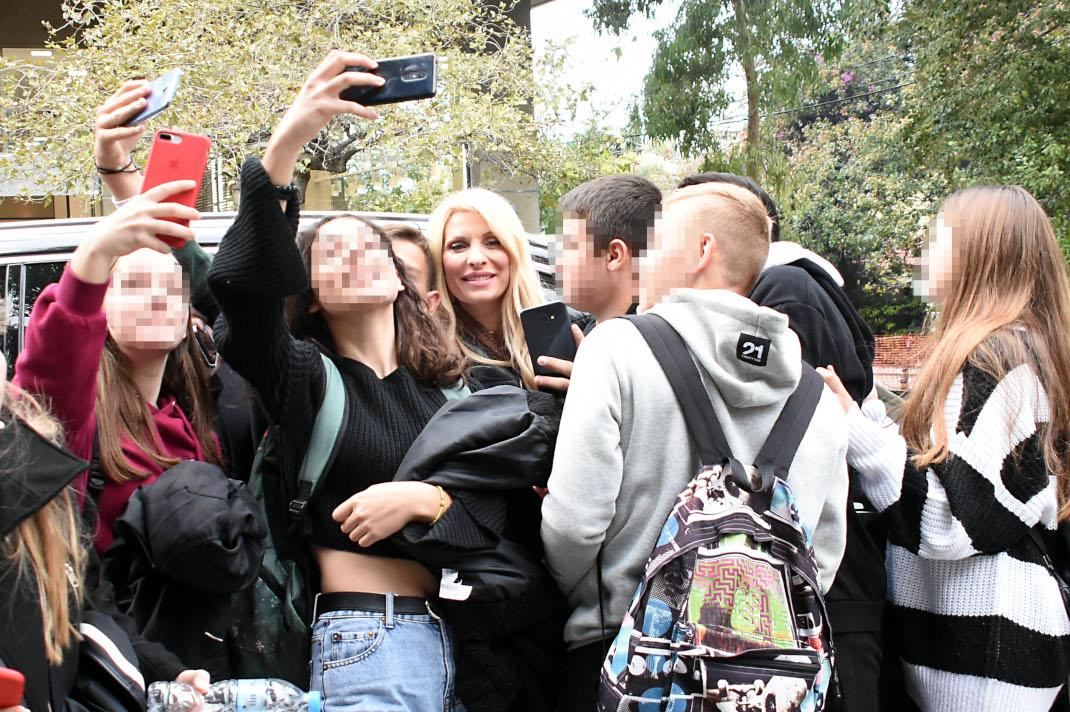 Τι συνέβη όταν η Ελένη Μενεγάκη συνάντησε μια παρέα μαθητών