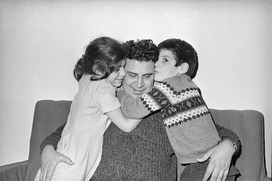 Ο Μίκης Θεοδοράκης με την κόρη του, Μαργαρίτα, και τον γιο του, Γιώργο, το 1968
