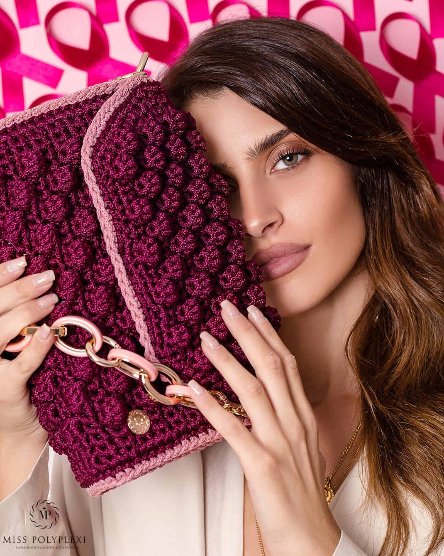 Γυναίκα κρατάει τσάντα Miss Polyplexi