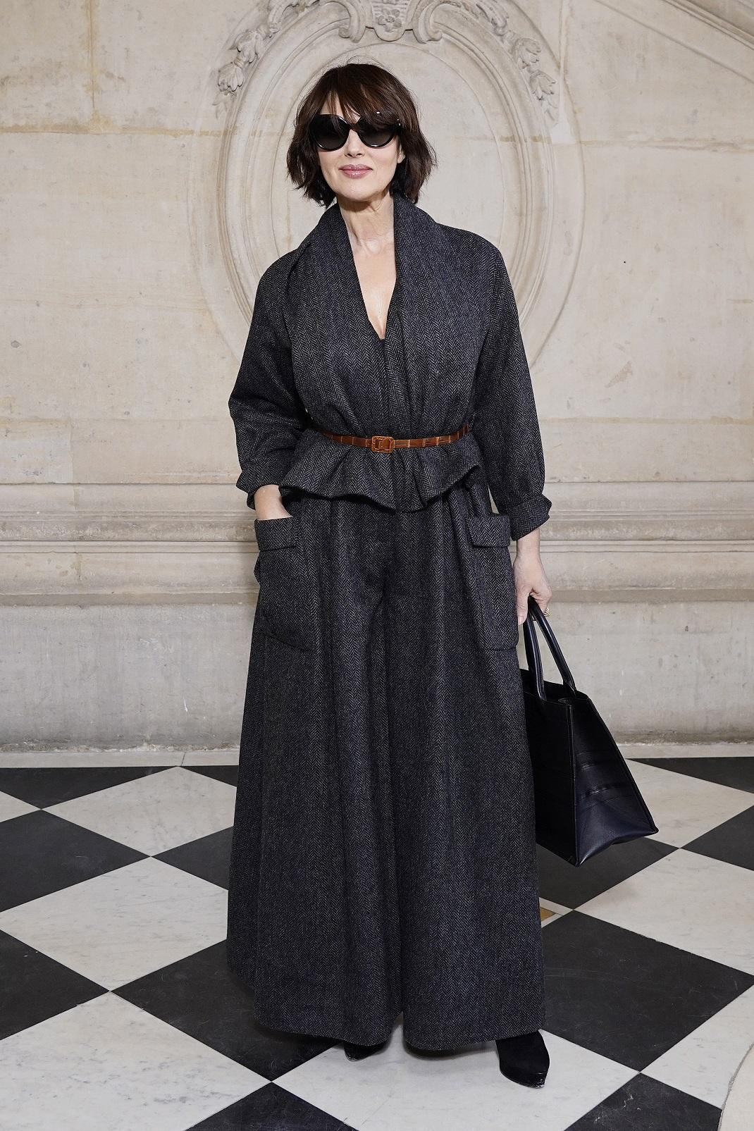 Η Μόνικα Μπελούτσι με γυαλιά ηλίου στην επίδειξη του οίκου Dior