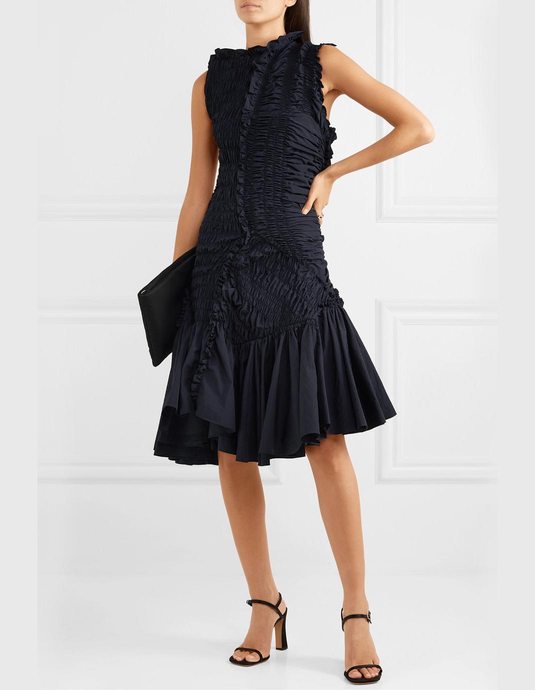 γυναίκα ποζάρει με φόρεμα με σφηκοφωλιά