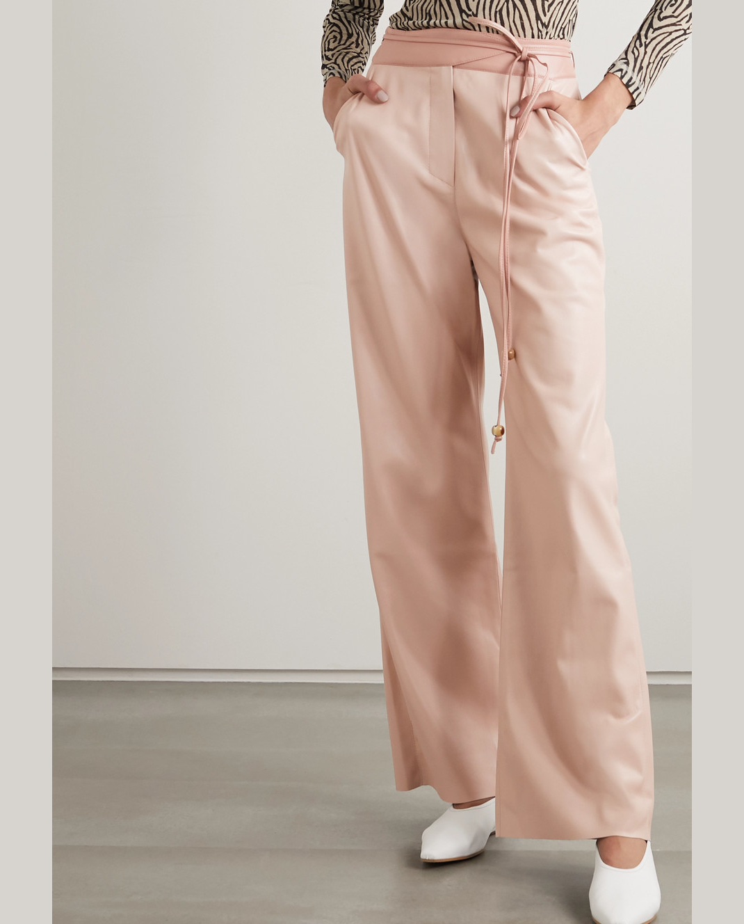 μοντέλο με παστέλ παντελόνι Nanushka