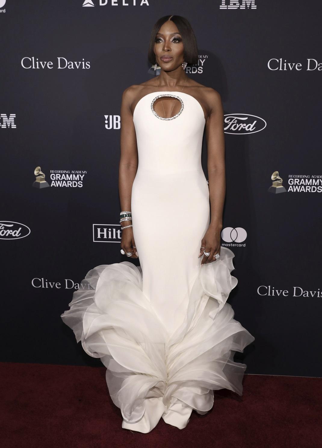 Η Ναόμι Κάμπελ με λευκό φόρεμα