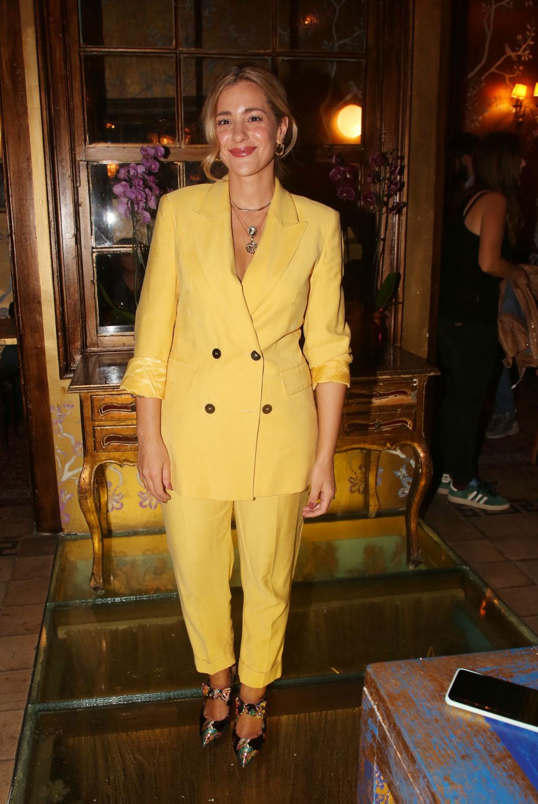 Η Νατάσα Μποφίλιου με κοστούμι