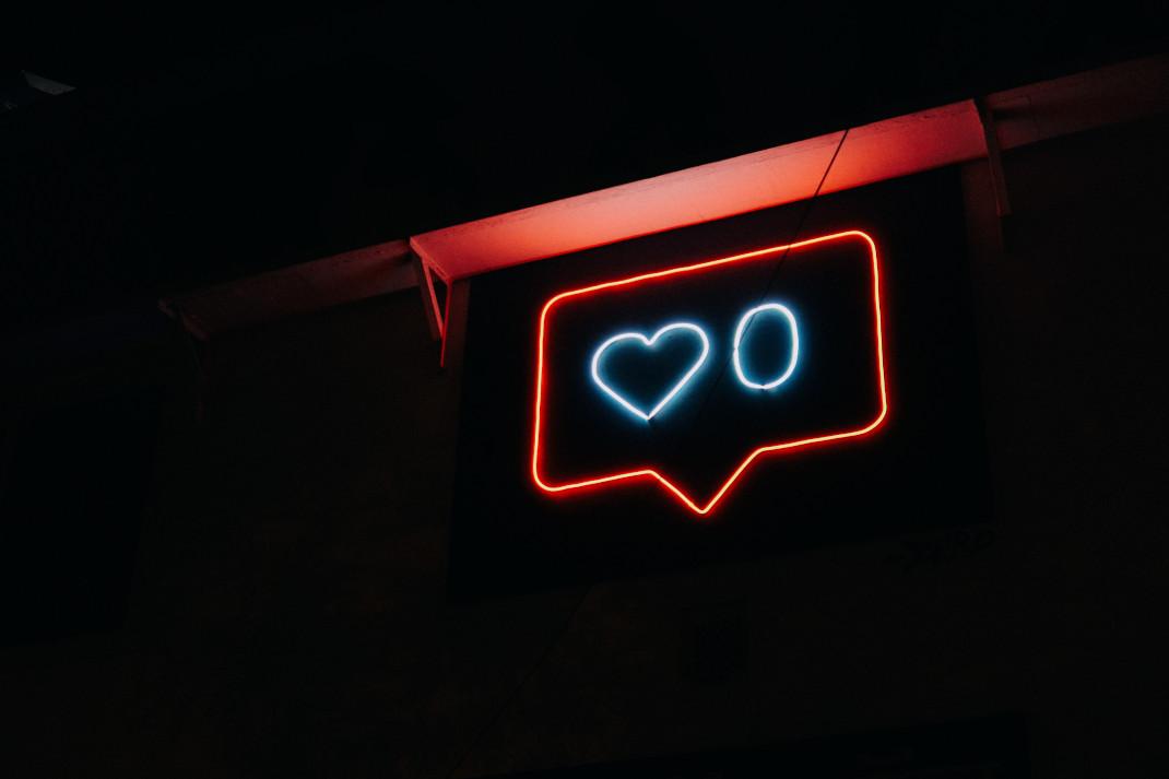 Πινακίδα neon με σύμβολο social media